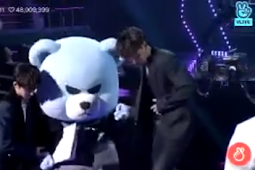iKON and Krunk went up to get the award for Ji-eun Stylist on 8th Gaon Chart Music Awards