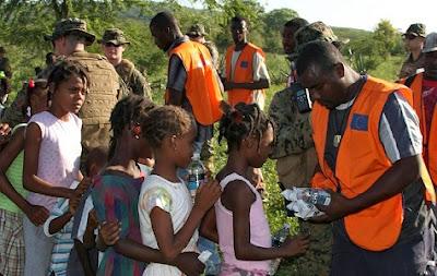 Suministrando agua a los niños