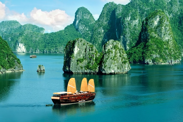 Summer and winter in different Halong Bay like? 1