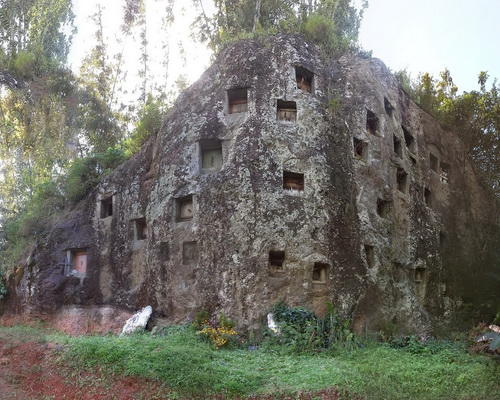 Travel.Tinuku.com Lemo graves in Tana Toraja, magical feel the ancestral culture nobility in rock cliffs towards Puya