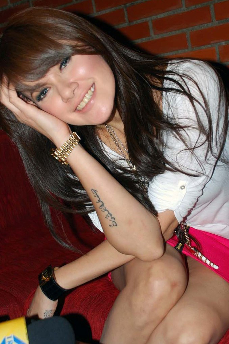 Senyum manis pakai Rok Mini Olla Ramlan