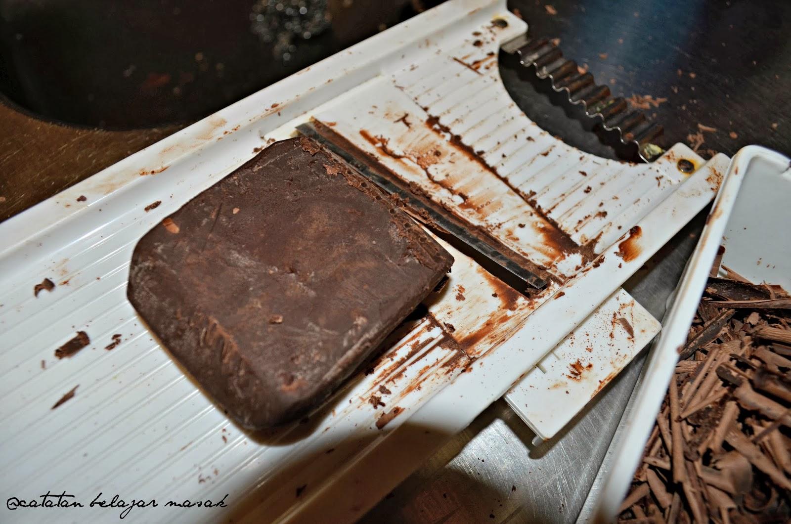 Menyerut Cokelat Batang Sebagai Hiasan Blackforest Cake