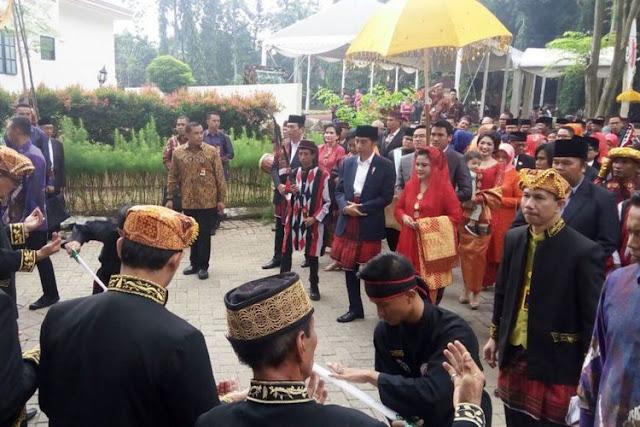 Pakai Bahasa Batak Mandailing, Ini Nasehat Jokowi untuk Kahiyang-Bobby
