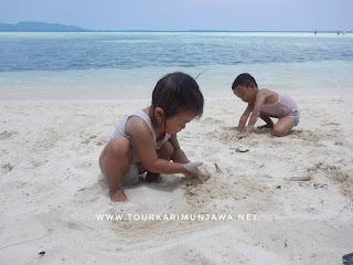 bermain pasir karimunjawa