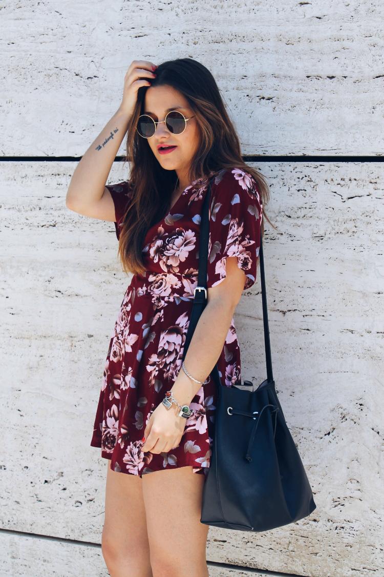 blogger de moda con mono de flores y cuñas