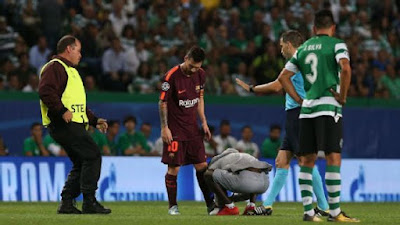 Fan kisses Lionel Messi boot on pitch
