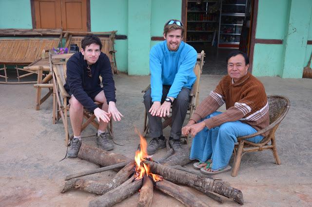 Près du feu dans un village Shan