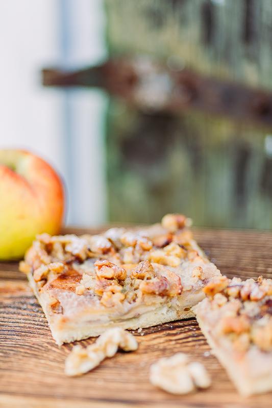 Geburtstag mit  Apfelkuchenvom Blech  und Schoko-Karamell-Torte, Pomponetti, Apfel-Schmandkuchen vom Blech mit karamellisierten Walnüssen
