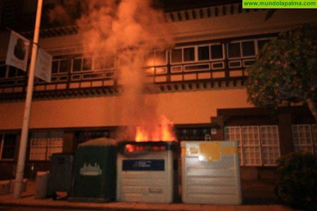Arde un contenedor de papel en la Avenida Marítima
