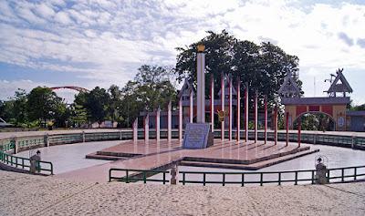"""Sejarah Palangkaraya      Tercatat dalam Buku Sejarah Propinsi Kalimantan Selatan bahwa Sultan Banjarmasin Sultan Tahmidullah II pada tahun 1787 menyerahkan kemerdekaan dan kedaulatan kerajaan kepada VOC (Verenigde Oost Indische Company) yang ditandai dengan Akte Penyerahan (Acte van afstand) tertanggal Kayutangi, 17-8-1787. Akte penyerahan tersebut ditandatangani oleh Sultan Tahmidullah di depan Residen Walbeck. Hal ini terjadi setelah Sultan Tahmidullah berhasil menguasai tahta kerajaan dengan bantuan VOC dan selanjutnya Kerajaan Banjarmasin menjadi daerah taklukan VOC. Menurut kepercayaan leluhur suku Dayak, nenek moyang suku Dayak diturunkan dengan memakai wahana Palangka Bulau. Palangka berarti tempat yang suci, Bulau berarti emas atau logam mulia, sedangkan Raya berarti besar. Dengan demikian, Palangka Raya berarti tempat suci dan mulia yang besar. Gubernur berpesan """"sesuaikanlah nama ini dengan cita-cita dilahirkannya Kalimantan Tengah"""", lalu diingatkan oleh Gubernur Milono seraya mengungkapkan : """"…. Kalimantan Tengah yang dilahirkan dalam suasana suci Hari Raya Idul Fitri, dan Hari Paskah agar tetap memlihara kesucian dan kemuliaan ……. """" Demikianlah akhirnya Kota Palangka Raya menjadi ibukota Propinsi Kalimantan Tengah.  Sebagaian besar masyarakat masih percaya bahwa nama Palangka Raya diberikan oleh Presiden Soekarno pada waktu pemancangan tiang pertama pembangunan Kota Palangka Raya. Namun berdasarkan bukti-bukti yang"""