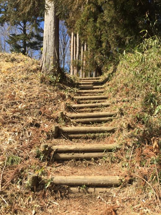 本丸、二の丸へ続く丸太の階段