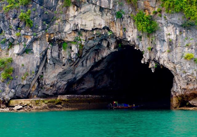 hang động ở hoang đảo Mắt Rồng