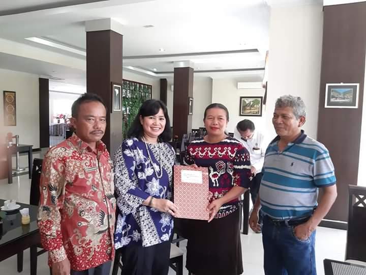 Anggota DPRD Sumut, Sarma Hutajulu saat memberikan bantuan sosial kepada gereja HKBP dan GKPI.