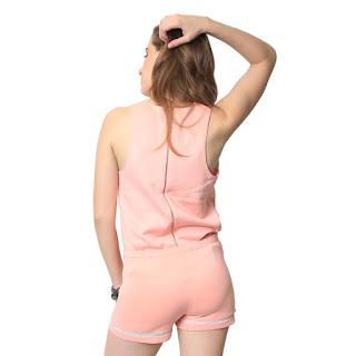 Shorts Queens Feminino Rosa com Recorte na Barra, possui detalhe translúcido na barra e fechamento na lateral por zíper
