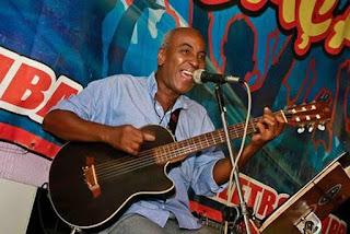 Santa Cruz Shopping apresenta happy hour com o músico Aderbal Marrom