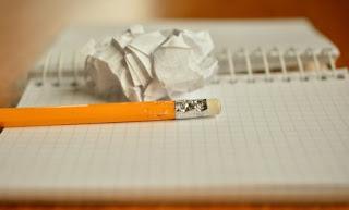 carta strappata su quaderno con matita