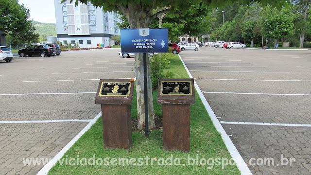 Placas em homenagem ao casal Grings