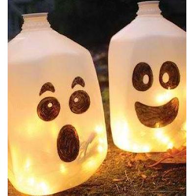 Des fantômes réalisés avec des bidons en plastique.
