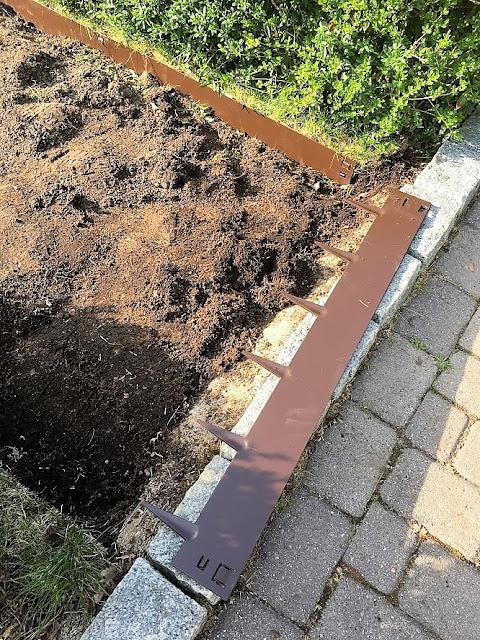 Prosjekt vannbord er i gang, med bedkanter fra Everedge - hele sirkelen er ferdig utgravd - en del til bedkanten IMG_5842 (2)-min