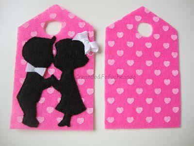 cosemos-las-dos-piezas-de-la-etiqueta-de-fieltro-con-silueta-de-enamorados