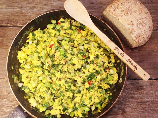 Бъркани яйца с пресен лук