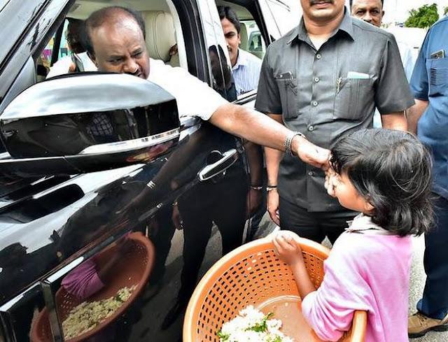 cm-kumaraswamy-helps-flower-selling-girl-for-her-education