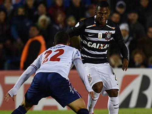 Corinthians ataca pouco, mas segura empate no Uruguai e decide em Itaquera