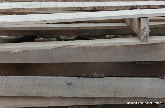 weathered wood, pallets, reclaimed, salvaged, http://bec4-beyondthepicketfence.blogspot.com/2016/06/weathered-wood-pallet-crate.html