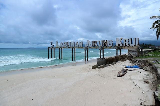 Pantai Krui Nan Eksotis dan Menantang Peselancar