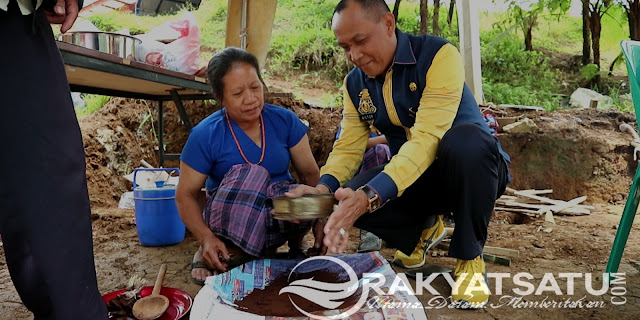 Wabup Victor Ikut Mengolah Kopi Secara Tradisional di Stand Lembang Saluallo Sangalla