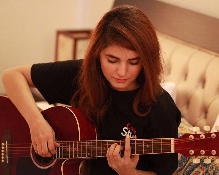 momina mustehsan playing guitar