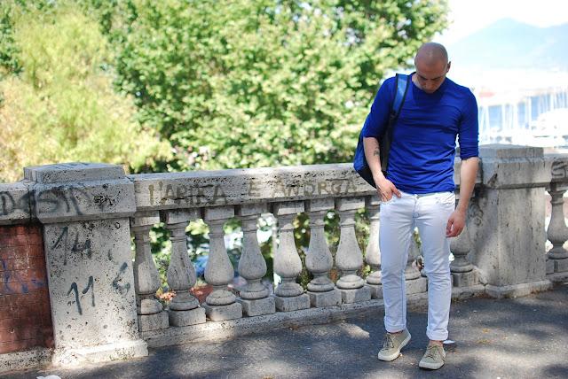 come abbinare una maglia blu in estate