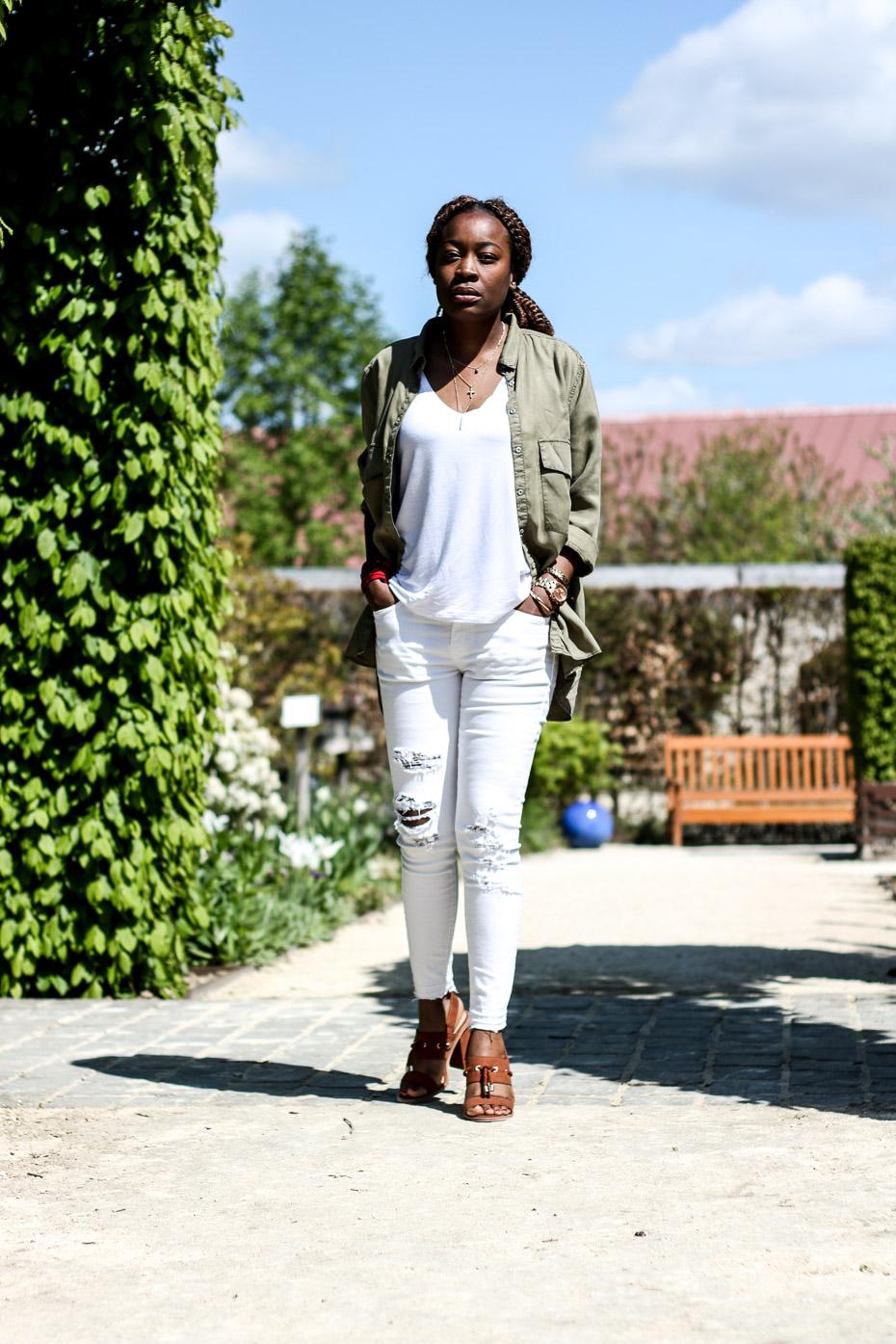 total-look-blanc-chemise-kaki-chaussures-camel