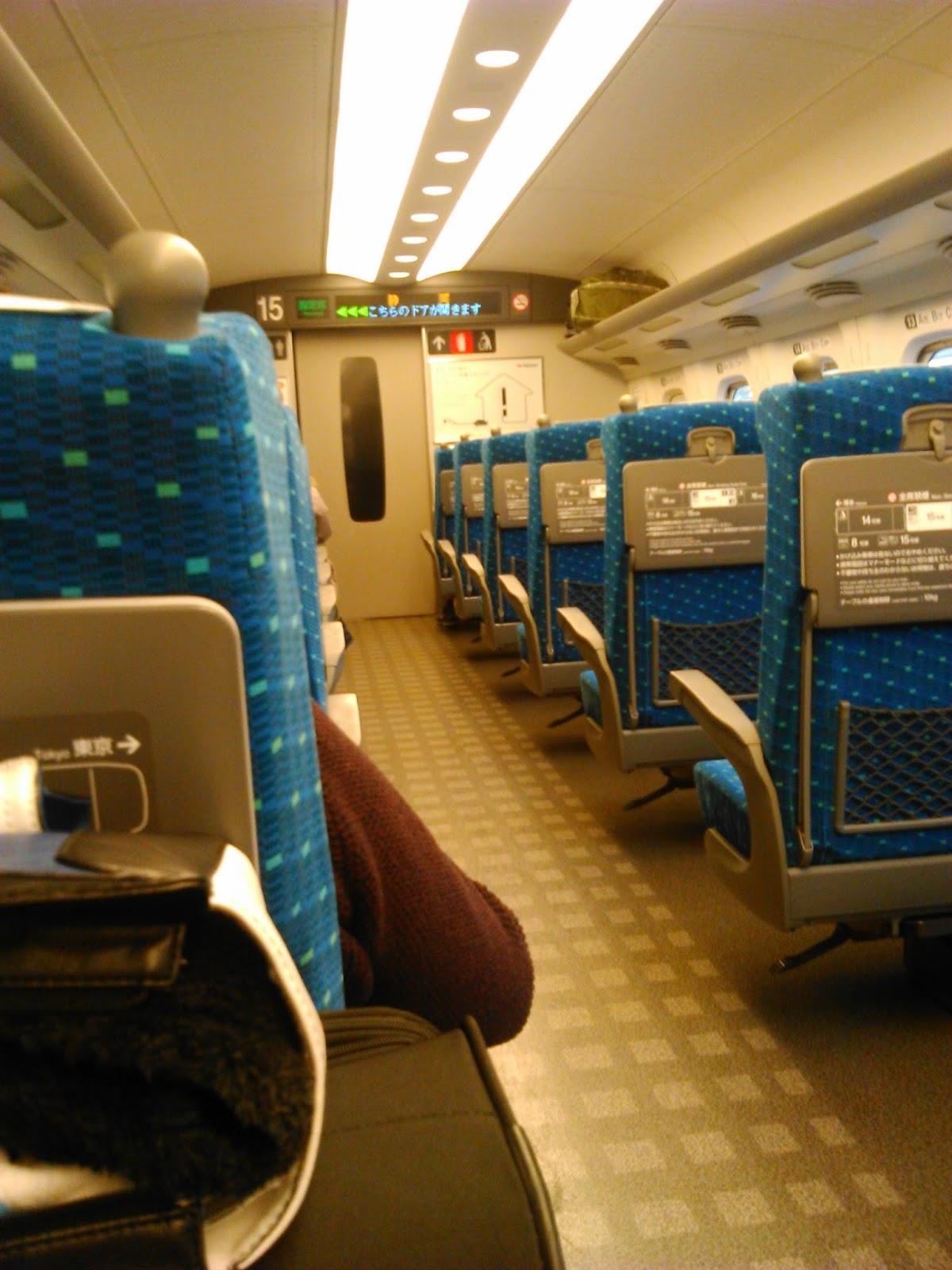 dan bisa untuk menyimpan koper besar lalu aku ambil lagi koperku untuk kusimpan di kursi ku sendiri Ini penampakan interior shinkansen yang kami naiki