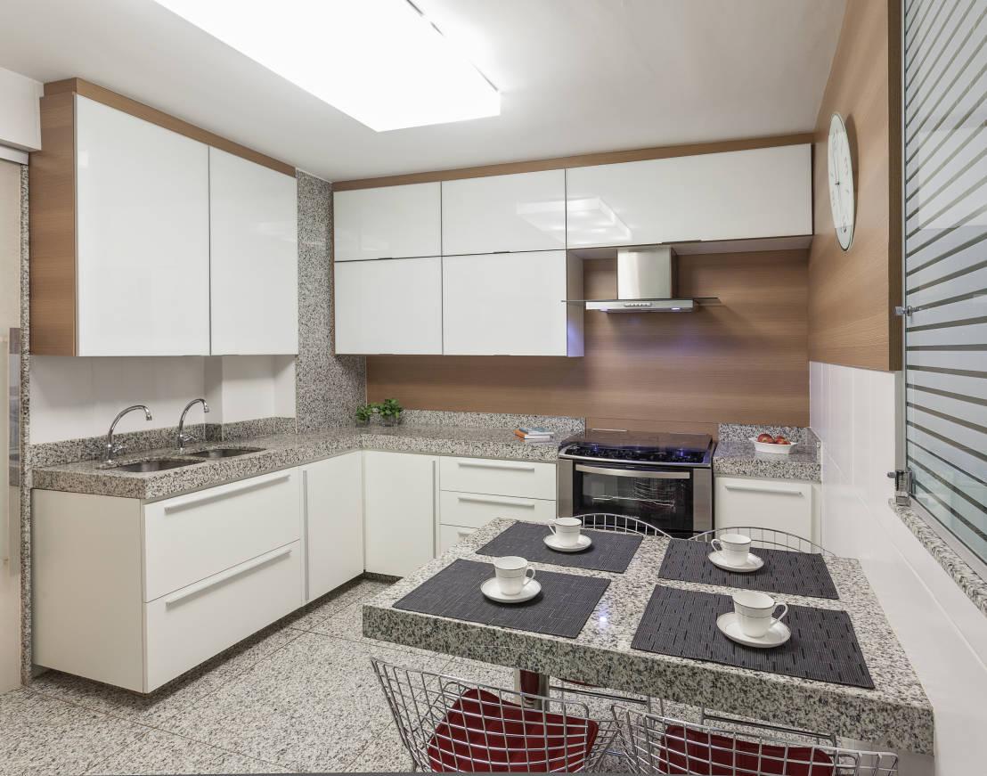 Cozinha com bancadas mesa peitoril e piso de granito branco fênix  #604A3F 1108 871