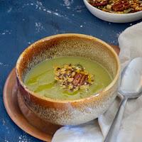 Sopa de romanesco com granola salgada