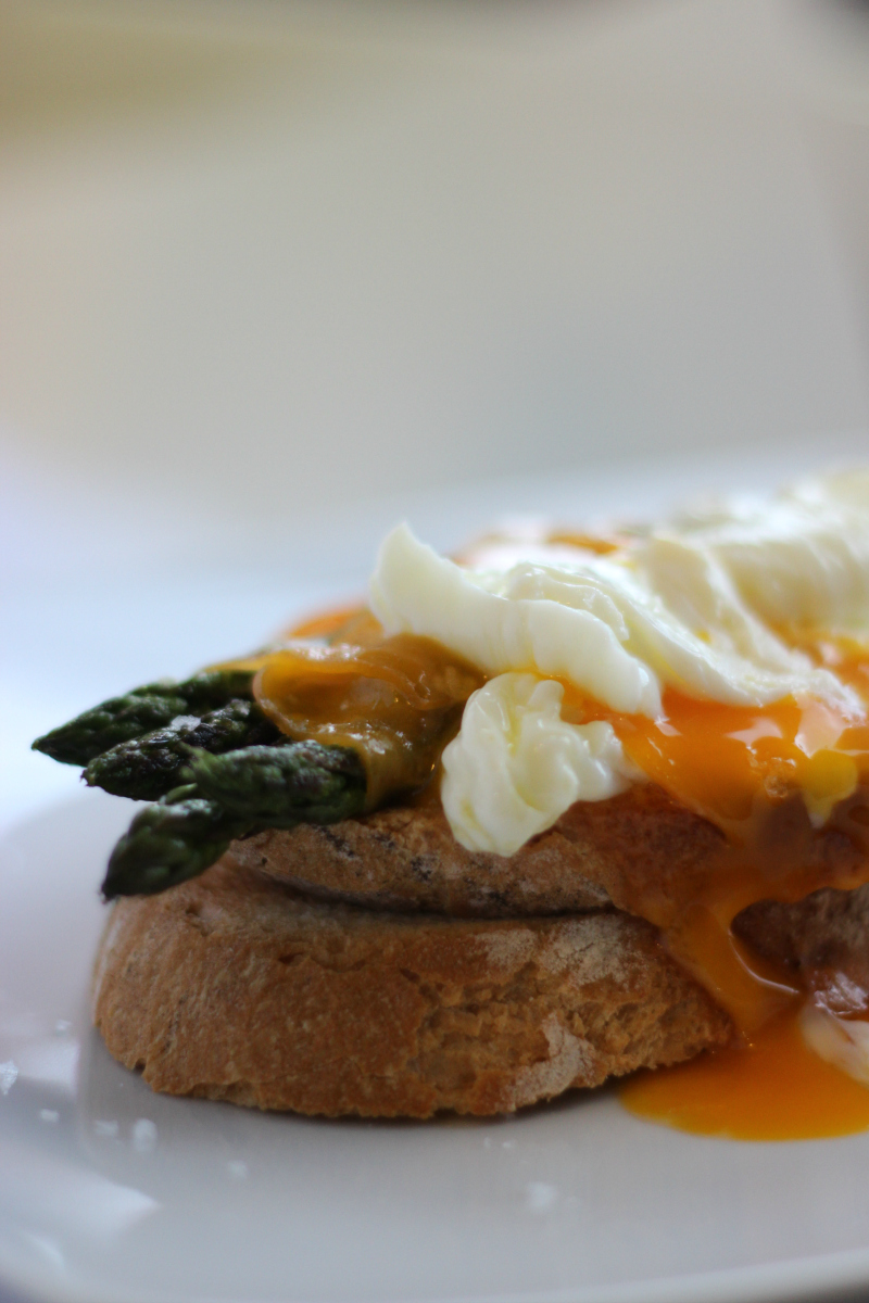 Tostada con espárragos y huevo poché