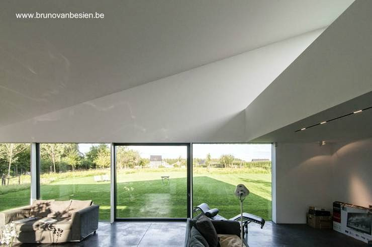 Vista del interior en la sala de residencia minimalista belga obra del año 2013