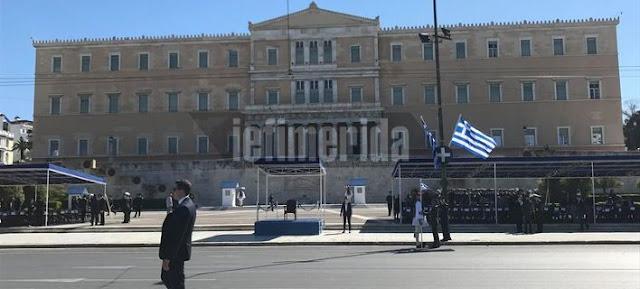 [Ελλάδα]Αθήνα:Με το «Μακεδονία ξακουστή» στο Σύνταγμα η μπάντα του Πολεμικού Ναυτικού