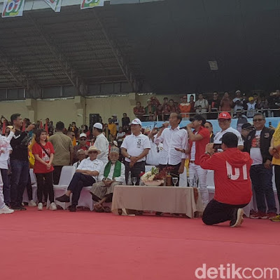 Kamu harus pilih No 01, Jokowi ubah lirik lagu band Radja