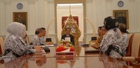 Presiden Jokowi akan meningkatkan kesejahteraan guru dan juga akan mengangkat guru honorer Janji Jokowi Untuk Meningkatkan Kesejahteraan Guru