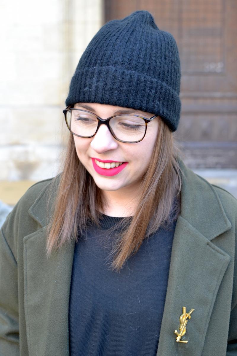 pull noir H&M, manteau kaki Sheinside, broche YSL de Joli Closet