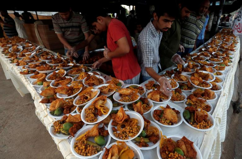 Pakistani labors prepare 'Iftar' food to break their fast ...