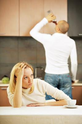 Όμως όλ' αυτά τελειώνουν άσχημα όταν ο άντρας τραβά τον δρόμο του μόλις πάρει το βδομαδιάτικο κι όταν η γυναίκα του γκρινιάζει για χάρη των παιδιών της. Οι καυγάδες αρχίζουν και ανάλογα με το πόσο ο άντρας αγαπά την γυναίκα του, καταλήγει στον αλκοολισμό. Κάθε Σάββατο μεθάει, δίνοντας μάχη για τον εαυτό της και για τα παιδιά η γυναίκα του αποσπά μερικές δεκάρες, τρέχοντας πίσω του, όλο τον δρόμο απ' το εργοστάσιο ως την ταβέρνα. Όταν το βράδυ γυρίζει στο σπίτι, πολλές φορές την Κυριακή ή την Δευτέρα, μεθυσμένος και αγριωπός, με άδειες τσέπες, τον υποδέχονται σκηνές τρομερές…   Παρευρέθηκα εκατό φορές σε παρόμοιες ιστορίες. Εχθρικός κι επαναστατικός στην αρχή, στο τέλος μπόρεσα να συλλάβω την τραγική πλευρά και την βαθύτερη αιτία των τρομερών αυτών επεισοδίων. Λυπήθηκα πολύ και συμπόνεσα αφάνταστα τα δυστυχισμένα θύματα της κακοδαιμονίας του τόπου μας''.  Αδόλφος Χίτλερ - Mein Kampf