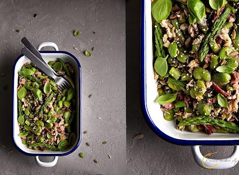 Zielone warzywa z ziarnami i szynką