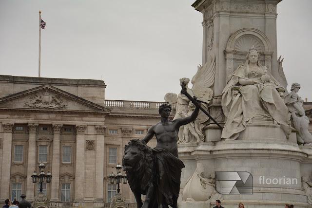 Pomnik Królowej Wiktorii przed Pałacem Buckingham w stolicy Wielkiej Brytanii. Buckingham jest siedzibą królowej.