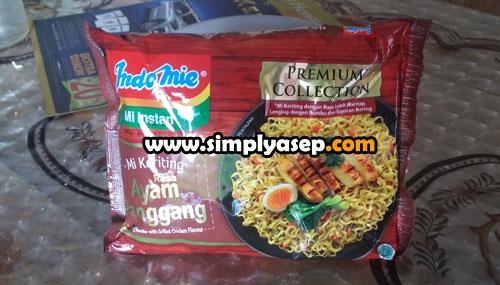 SIAP : Indomie Mi Instan Mi Keriting Rasa Ayam Panggang yang sudah siap di review masih dalam keadaa tersegel.  Mie ini ada dijual dimana mana. Foto Asep Haryoo