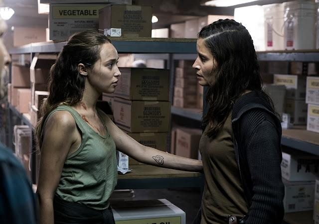 Alicia Clark (Alycia Debnam-Carey) ed Ofelia Salazar (Mercedes Mason) nell'episodio 13