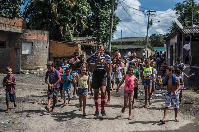 Projeto De Olho no Duto do Instituto Eslipa leva arte do palhaço e circo para comunidades