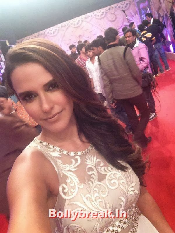 Neha Dhupia takes a selfie, Bollywood Celebs Selfies from Star Screen Awards - Actresses & Actors